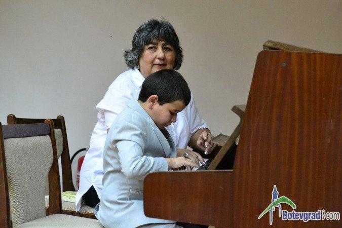 Школа по пиано, акордеон, китара и духови инструменти